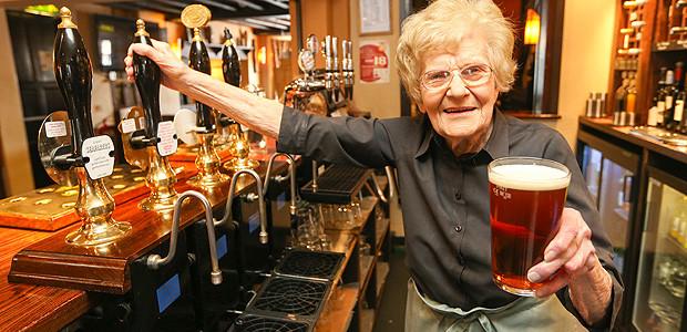La cameriera più anziana del mondo: lavora ancora a 100 anni