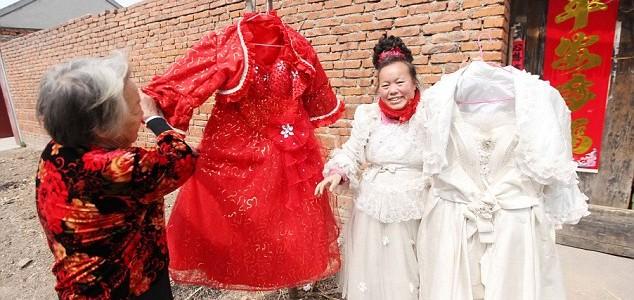 Donna ha indossato l'abito del suo matrimonio tutti i giorni negli ultimi 10 anni