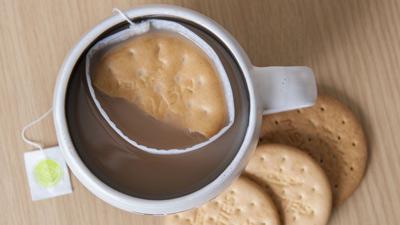 Papà inventa la soluzione per i biscotti che si rompono nel latte