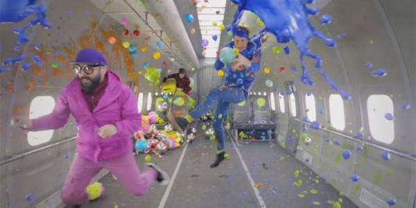 """OK Go: il nuovo epico video """"Upside Down & Inside Out"""" è stato girato a gravità zero"""